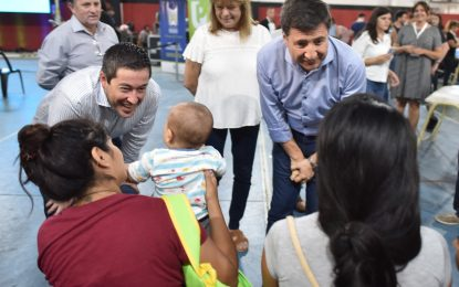 TARJETAS ALIMENTAR. NARDINI Y ARROYO SUPERVISARON ENTREGA EN MALVINAS ARGENTINAS